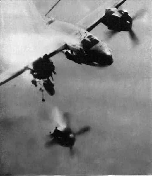 تصویر لحظه کنده شدن موتور هواپیما در آسمان