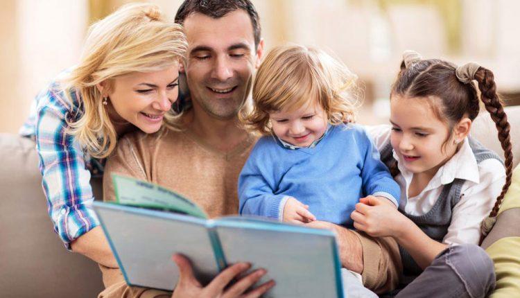 کتاب خواندن بچه ها