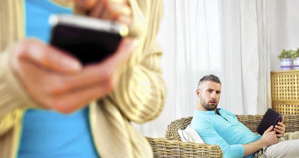 وابستگی شدید به تلفن همراه نشانه خیانت