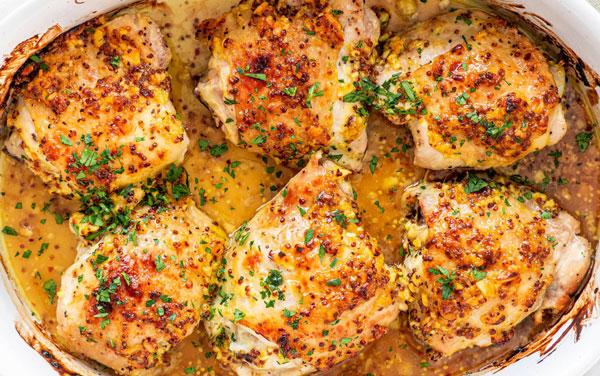 خوراک مرغ با سس قارچ و سیر از غذاهای گوشتی مجلسی