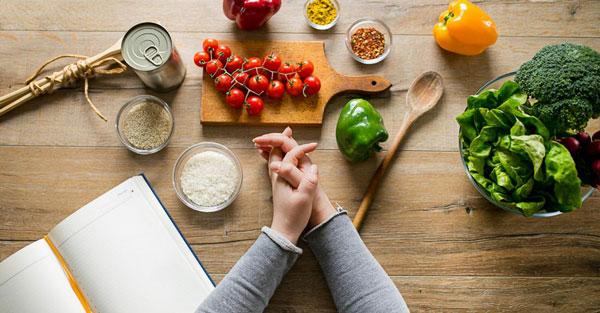 پاکسازی معده و اصلاح سبک غذایی برای سیاهی دور چشم
